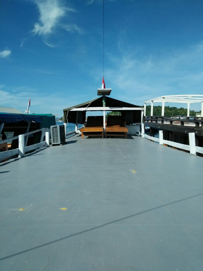 Private boat cabin with air conditioned - deck view